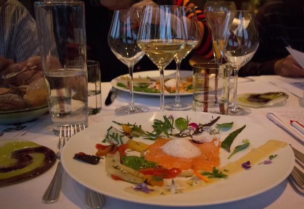 Tartare de saumon et purée de pois chiche, valse d'herbes de notre culture et sauvages, méli-mélo de légumes