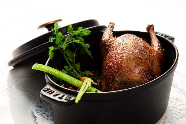 """Pigeonneau de nid """"Théo Kieffer"""" cuit en cocotte, petits légumes du moment"""